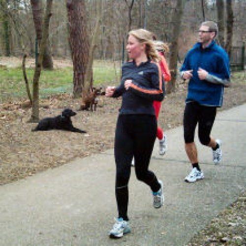 """Jogger """"auf Tuchfuehlung"""" und in sicherer Entfernung"""